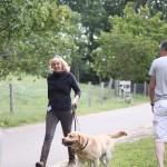 Ina laat beide honden met ontspanning een stukje wandelen....samen 70 kilo....
